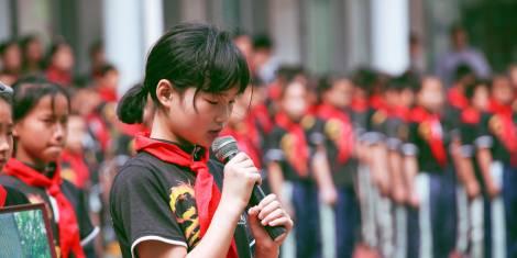 Bild på asiatiska skolflickor med röd skarf