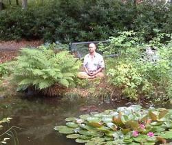Bild på Martin som mediterar vid en damm