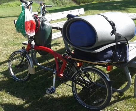 Bild på hopfällbar cykel lastad för campingsemester CC0