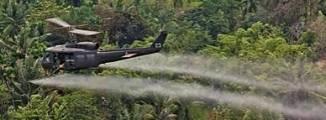 Bild på helikopter som sprutar Agent Orange