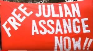 Banderoll med texten Free Julina Assange Now!!