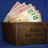 Bild på plånbok med sedlar av Euro och Kronor som sticker upp ur en plånbok med texten BAD MOTHER FUCKER