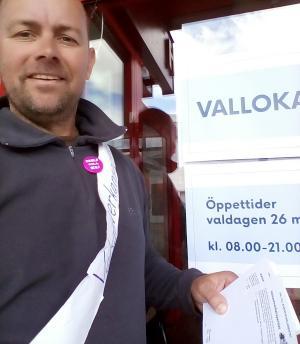 Bild på Martin på valdagen till EU-valet 2019 med Nej till EU-knapp