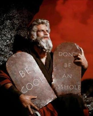 Moses med två tavlor och två budord: Var cool & Var inte ett rövhål
