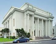 Bild på den vita byggnaden med pelare där Internet Archive finns i San Fransisco