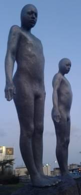 Två dystra figurer som lutar åt höger