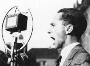 Joseph Goebbels med öppen mun mot en mikrofonsom