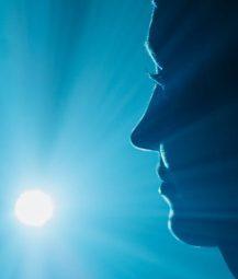 Bild på kvinna som tittar mot blå ljuskälla