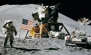 Bild på astronaut, flaffa, månlandare och månbil